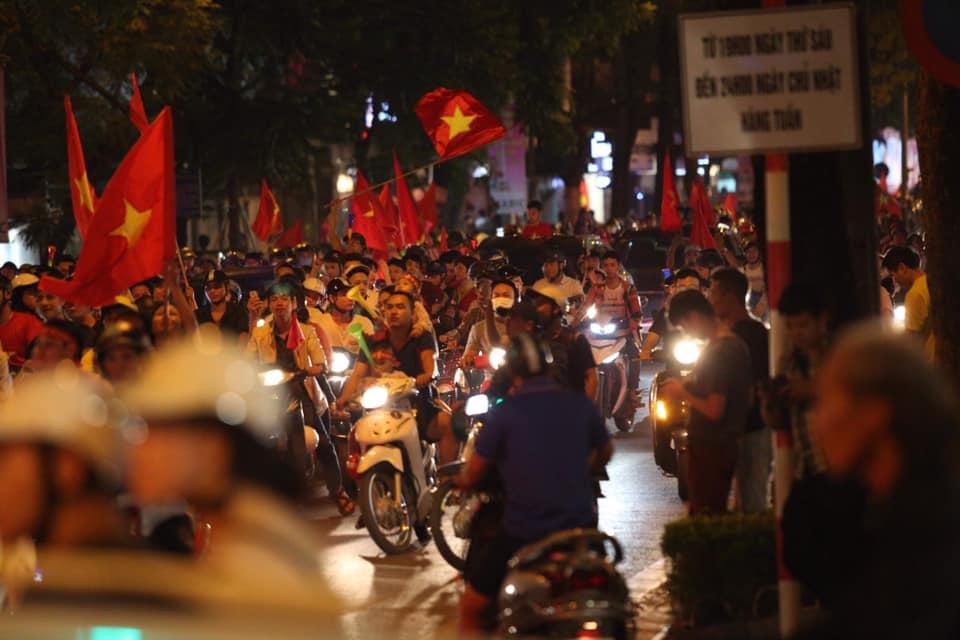 """CĐV đổ ra đường """"đi bão"""", cờ đỏ sao vàng nhuộm đỏ phố phường - 9"""