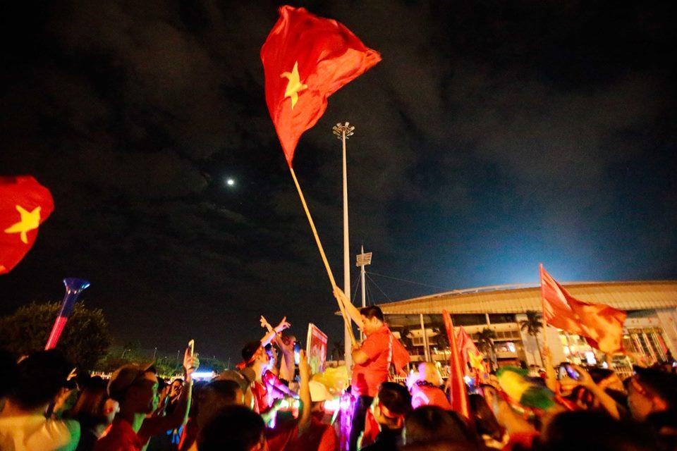 """CĐV đổ ra đường """"đi bão"""", cờ đỏ sao vàng nhuộm đỏ phố phường - 10"""