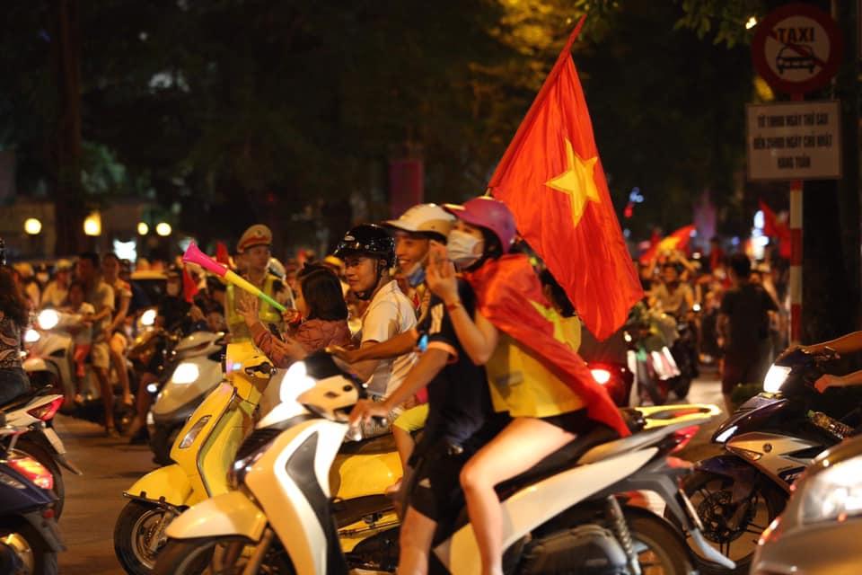 """CĐV đổ ra đường """"đi bão"""", cờ đỏ sao vàng nhuộm đỏ phố phường - 17"""