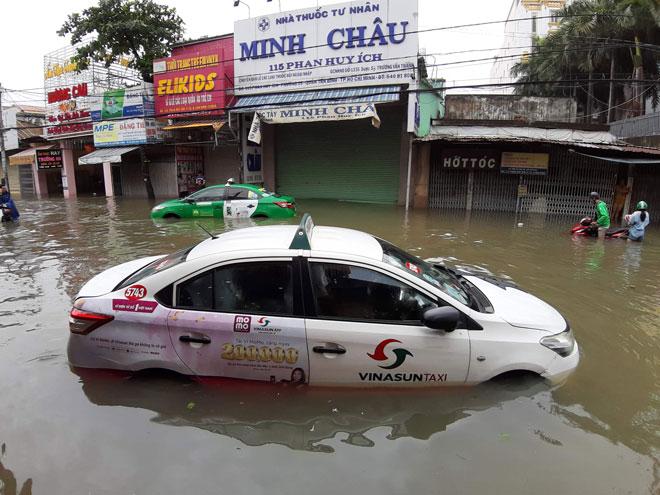 TP.HCM mưa khủng khiếp sau bão số 9: Chuyên gia khí tượng thủy văn nói gì? - 2