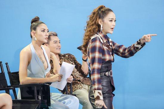 Võ Hoàng Yến gặp sự cố váy hở hiểm gây đỏ mặt trên sóng truyền hình