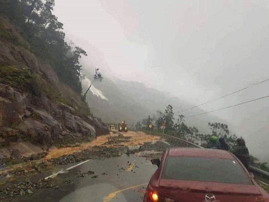 Khánh Hòa: Cấm xe lên đèo Khánh Lê vì mưa lớn, sạt lở liên tục - 1