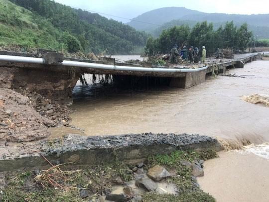 Khánh Hòa: Cấm xe lên đèo Khánh Lê vì mưa lớn, sạt lở liên tục - 2