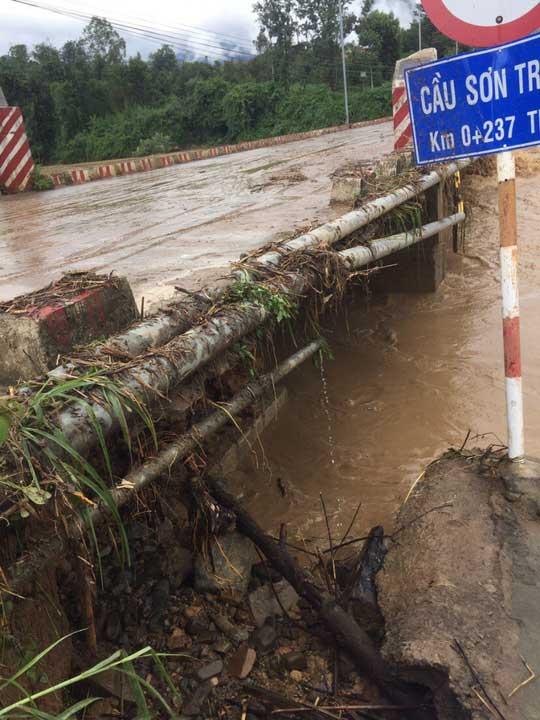 Khánh Hòa: Cấm xe lên đèo Khánh Lê vì mưa lớn, sạt lở liên tục - 3