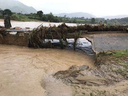 Khánh Hòa: Cấm xe lên đèo Khánh Lê vì mưa lớn, sạt lở liên tục - 4