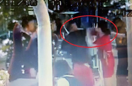 Thêm video chi tiết 3 nam thanh niên đánh 2 nữ nhân viên hàng không - 1