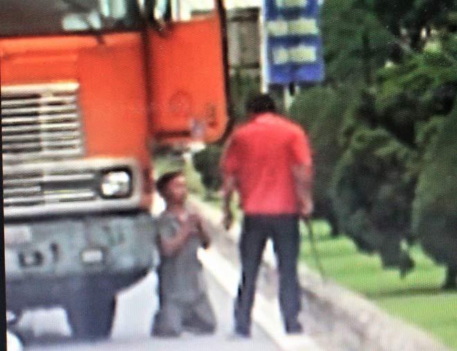Triệu tập tài xế xe đầu kéo dọa chém, ép đồng nghiệp quỳ giữa đường - 1
