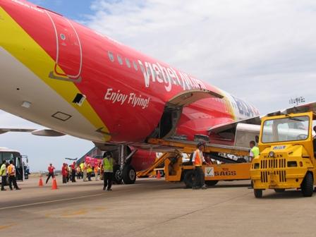 Định hành hung nhân viên hàng không, một hành khách bị khống chế - 1