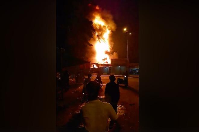 Cháy xe bồn chở xăng ở Nha Trang, ngọn lửa cao hàng chục mét - 1