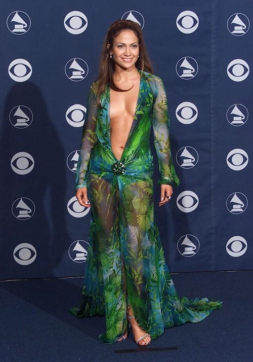 Versace hồi sinh váy hở bạo của Jennifer Lopez sau 2 thập kỷ - 1
