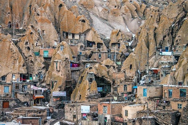Ngôi làng như tổ mối đục sâu vào núi đá lửa - 1