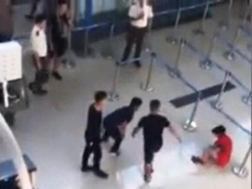 Vụ hành hung nữ nhân viên hàng không: Phạt mỗi nhân viên an ninh 4 triệu đồng - 1
