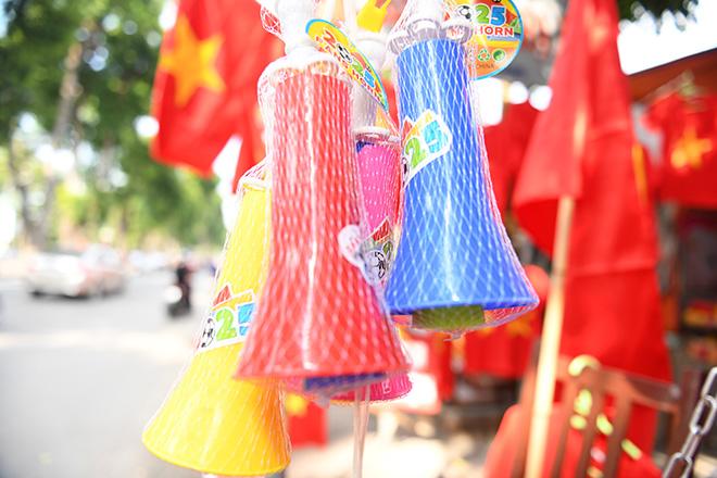 Phố phường Hà Nội ngập tràn cờ đỏ sao vàng trước trận Việt Nam - Philippines - 3