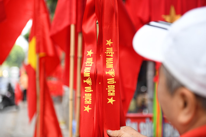 Phố phường Hà Nội ngập tràn cờ đỏ sao vàng trước trận Việt Nam - Philippines - 2