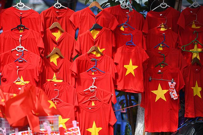 Phố phường Hà Nội ngập tràn cờ đỏ sao vàng trước trận Việt Nam - Philippines - 7