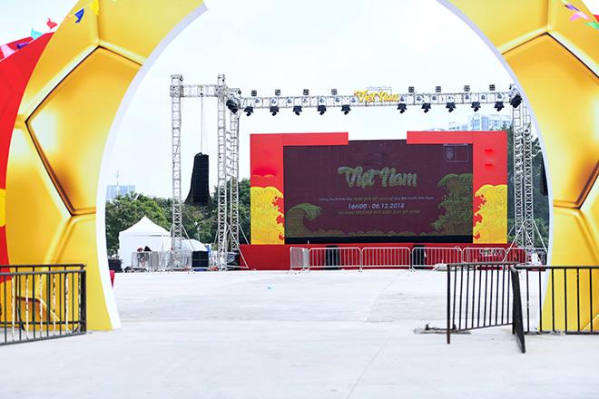 Phố phường Hà Nội ngập tràn cờ đỏ sao vàng trước trận Việt Nam - Philippines - 9