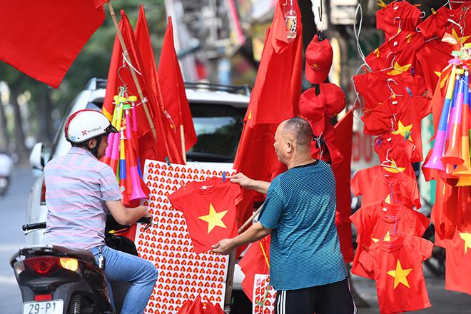 Phố phường Hà Nội ngập tràn cờ đỏ sao vàng trước trận Việt Nam - Philippines - 5