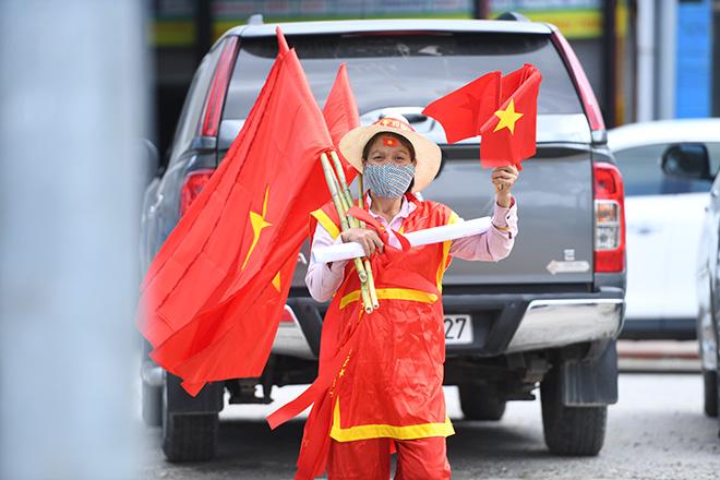 Phố phường Hà Nội ngập tràn cờ đỏ sao vàng trước trận Việt Nam - Philippines - 8