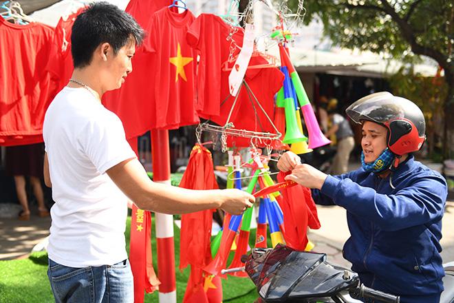 Phố phường Hà Nội ngập tràn cờ đỏ sao vàng trước trận Việt Nam - Philippines - 6