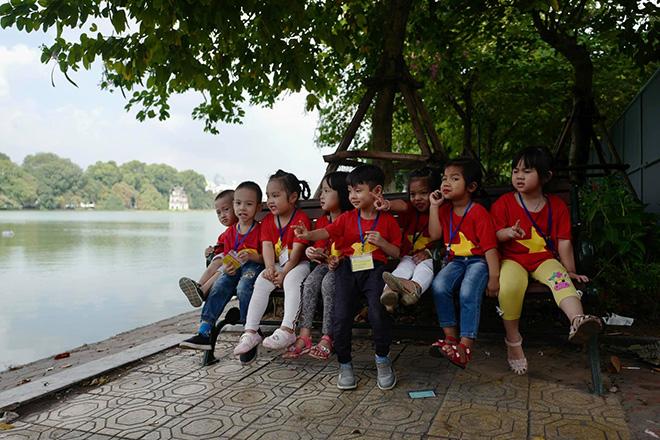 Phố phường Hà Nội ngập tràn cờ đỏ sao vàng trước trận Việt Nam - Philippines - 15