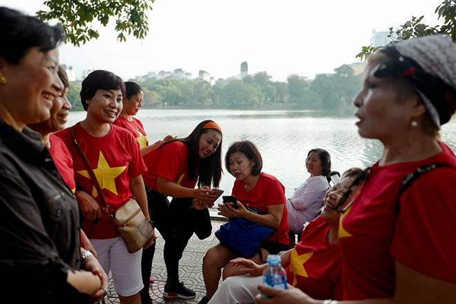 Phố phường Hà Nội ngập tràn cờ đỏ sao vàng trước trận Việt Nam - Philippines - 13