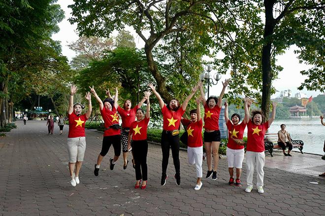 Phố phường Hà Nội ngập tràn cờ đỏ sao vàng trước trận Việt Nam - Philippines - 14
