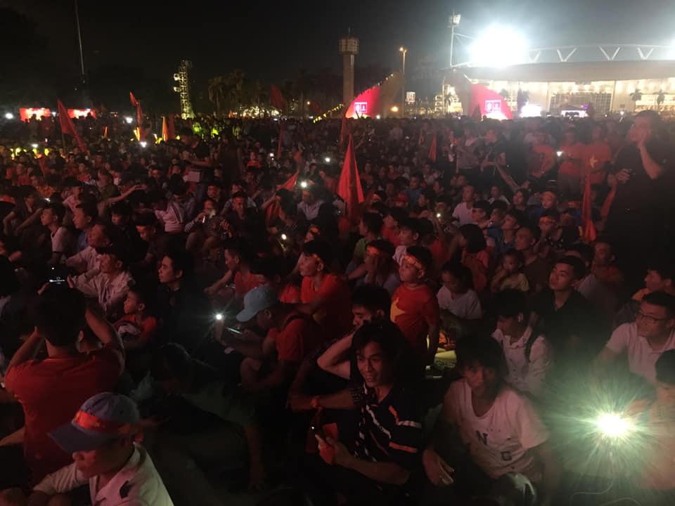 """Trực tiếp Việt Nam - Philippines: CĐV nhuộm đỏ """"chảo lửa"""" Mỹ Đình - 9"""