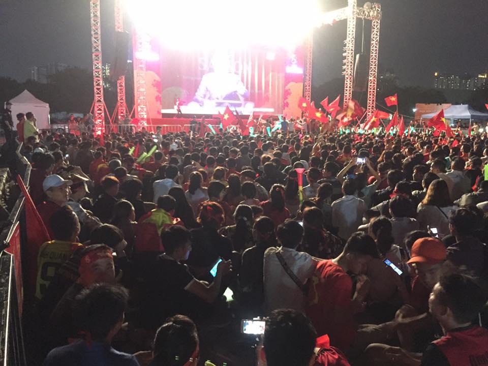 """Trực tiếp Việt Nam - Philippines: CĐV nhuộm đỏ """"chảo lửa"""" Mỹ Đình - 10"""