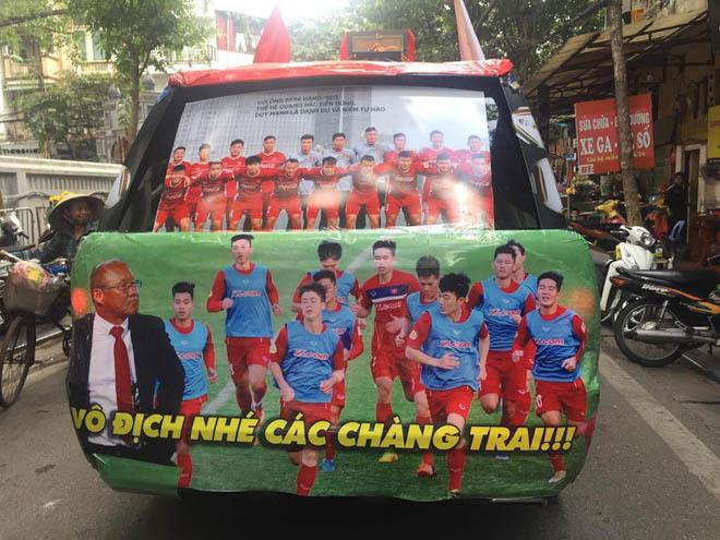 Fan cuồng đội phủ kín xế yêu bằng hình tuyển Việt Nam, mơ vô địch AFF Cup - 2