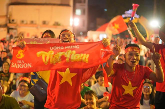 ĐT Việt Nam thẳng tiến vào chung kết: Mở tiệc mừng ở sân Mỹ Đình - 7