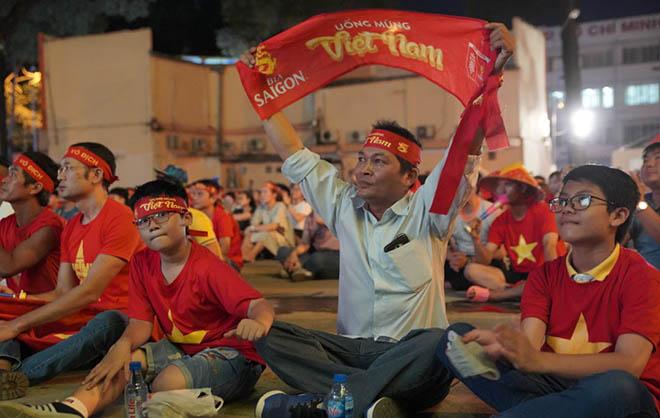 ĐT Việt Nam thẳng tiến vào chung kết: Mở tiệc mừng ở sân Mỹ Đình - 8