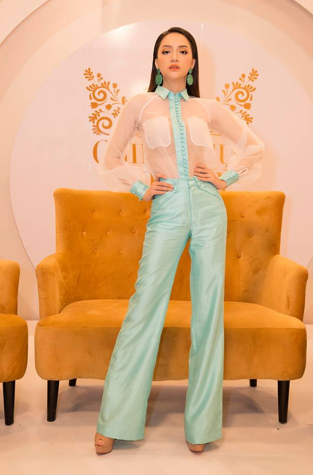 Hương Giang, Angela Phương Trinh gây tò mò với áo mặc như không - 1