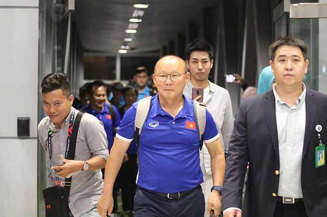 ĐT Việt Nam đã tới Malaysia: Công Phượng rạng rỡ chờ đá chung kết - 3