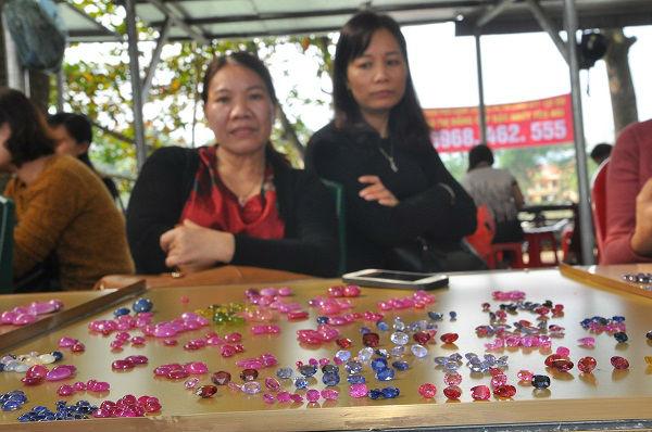 Tròn mắt ngắm những viên đá tiền tỷ tại phiên chợ tạm ở Yên Bái - 7