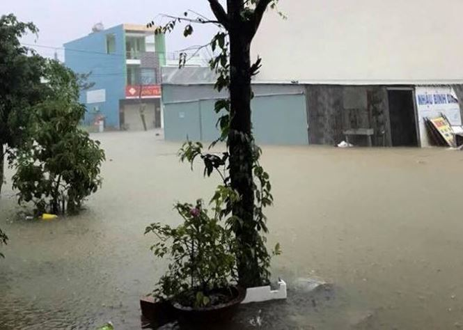 Đà Nẵng phố biến thành sông, hàng loạt nhà dân ngập trong biển nước - 8