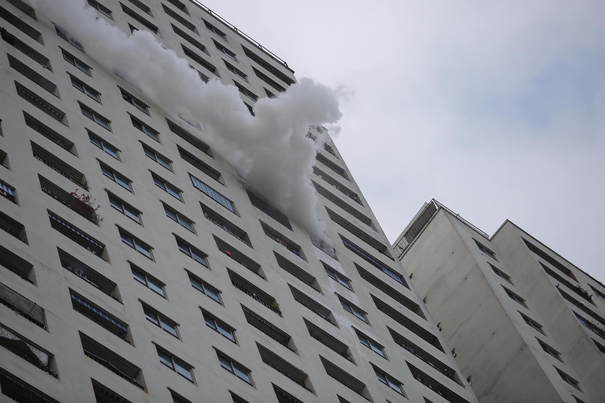 Cháy tầng 31 chung cư Linh Đàm, nghi có người thiệt mạng - 1