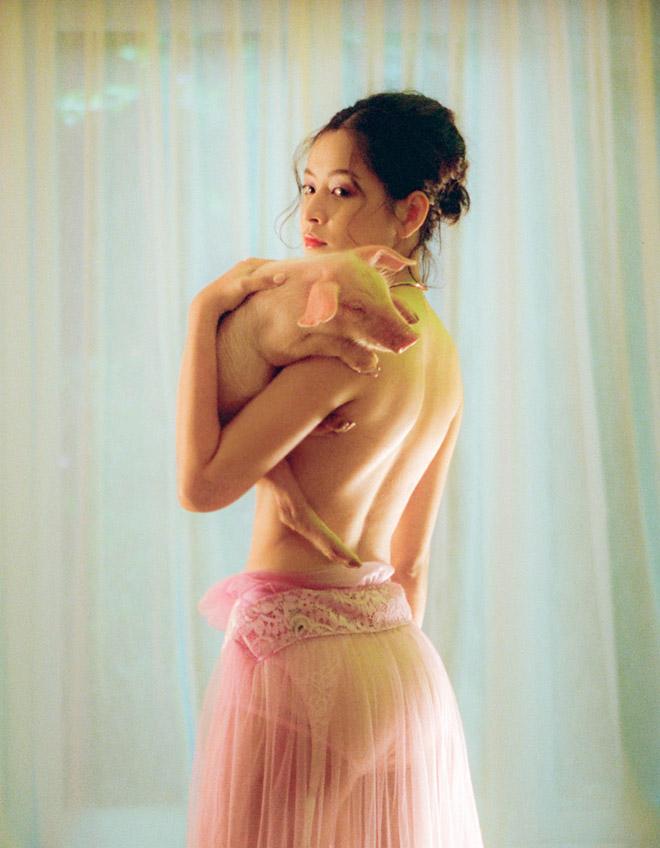 Chi Pu mặc bán nude trong MV 16+, dẫn đầu top mặc táo bạo nhất 2018 - 1