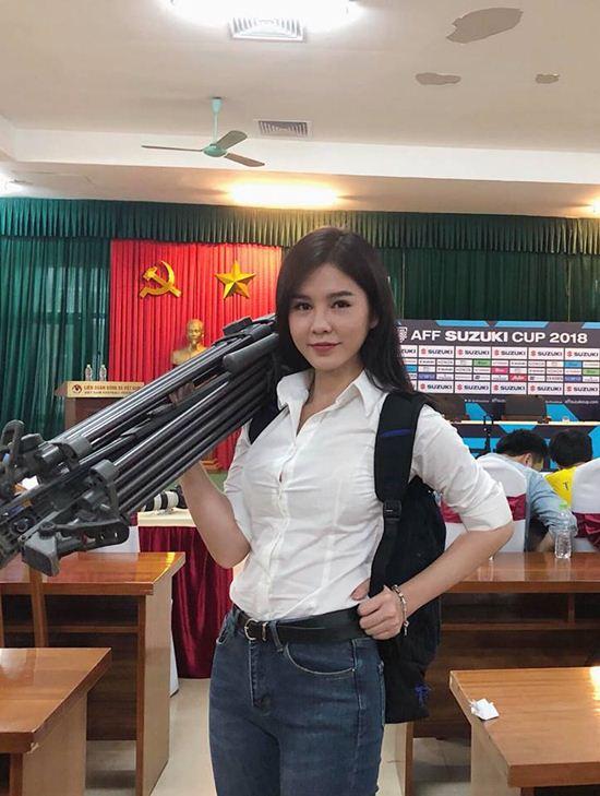 """Thời trang phóng khoáng của MC """"đeo bám"""" HLV Park Hang-Seo - 2"""
