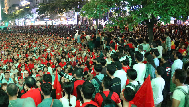 """Fan Sài Gòn toát mồ hôi xếp hàng giải quyết """"nỗi buồn"""" trước khi """"đi bão"""" - 1"""