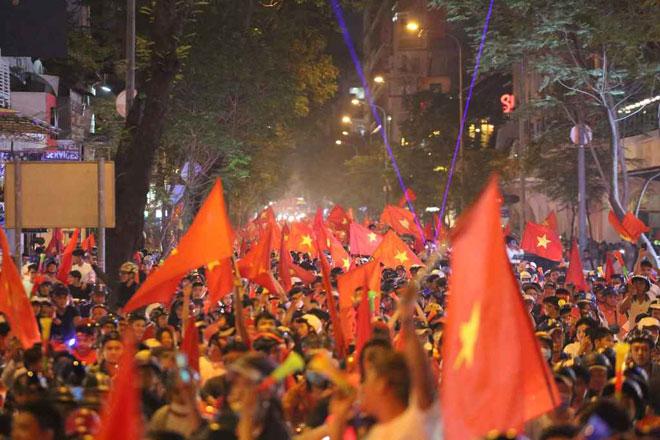 """Fan Sài Gòn toát mồ hôi xếp hàng giải quyết """"nỗi buồn"""" trước khi """"đi bão"""" - 13"""