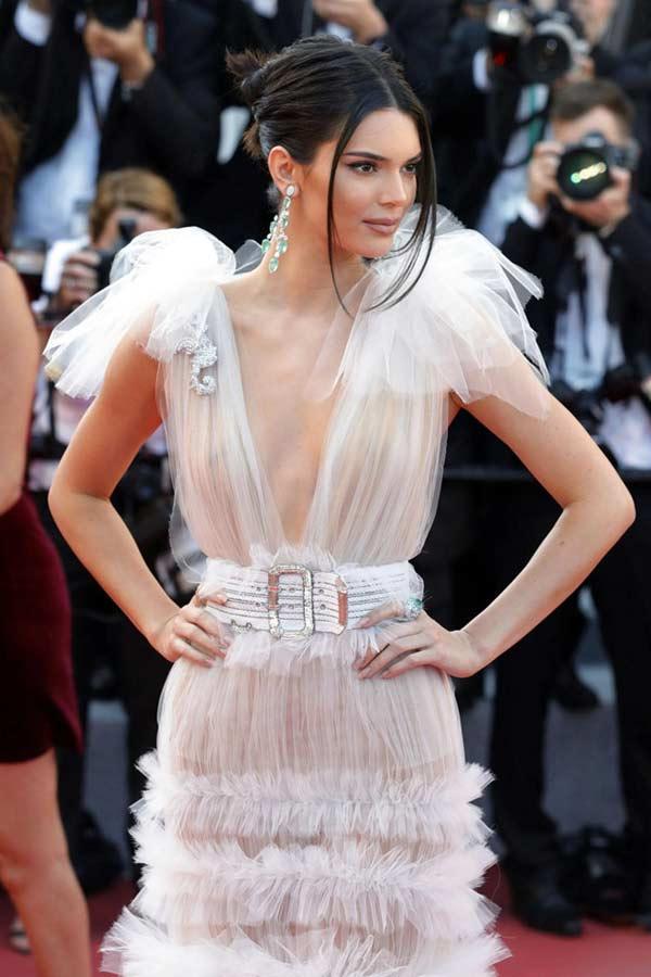 """Đệ nhất hot girl Hollywood gây sốc khi """"thả rông"""" hoàn toàn trên thảm đỏ"""
