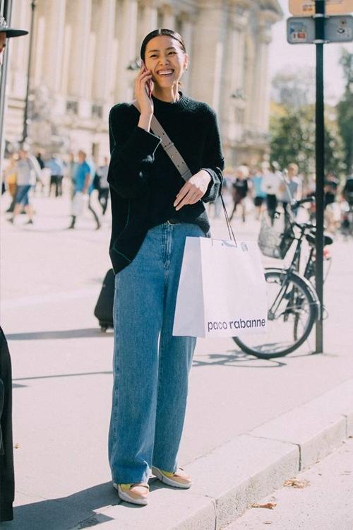 Quên kiểu quần jeans bó giò đi, đây mới là mốt jeans thống trị 2019 - 2
