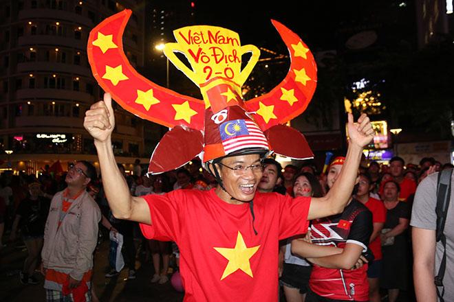 Người đẹp gõ thủng chảo ăn mừng ĐT Việt Nam vô địch - 11