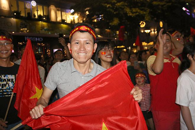 Người đẹp gõ thủng chảo ăn mừng ĐT Việt Nam vô địch - 12