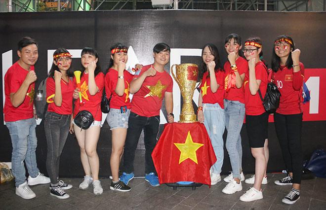 Người đẹp gõ thủng chảo ăn mừng ĐT Việt Nam vô địch - 14