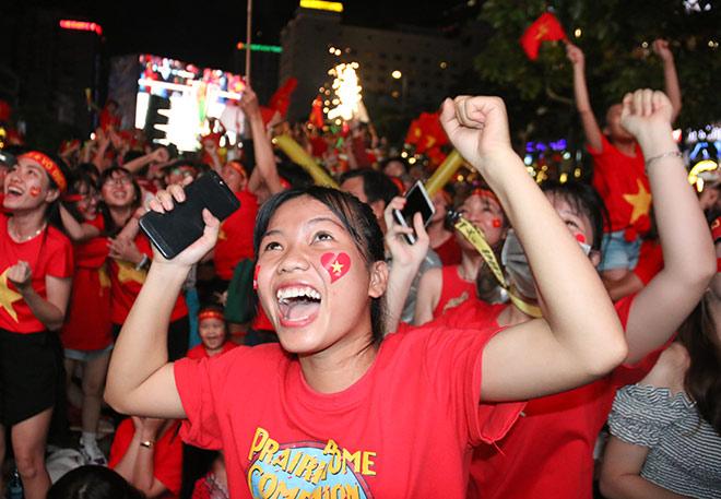 Người đẹp gõ thủng chảo ăn mừng ĐT Việt Nam vô địch - 2