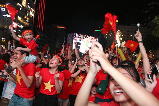 Người đẹp gõ thủng chảo ăn mừng ĐT Việt Nam vô địch - 3