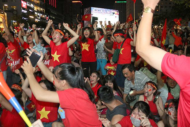 Người đẹp gõ thủng chảo ăn mừng ĐT Việt Nam vô địch - 5