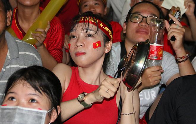Người đẹp gõ thủng chảo ăn mừng ĐT Việt Nam vô địch - 8