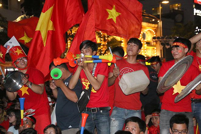 Người đẹp gõ thủng chảo ăn mừng ĐT Việt Nam vô địch - 9